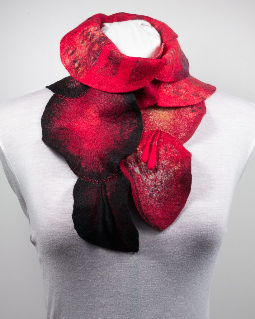 Echarpe-laine-feutree-scarf-feuilles-rouge