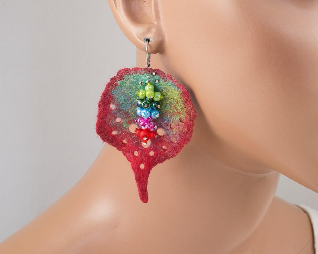 boucles-oreilles-feuille-feutre-trous-rocaille-vert-rouge-turquoise