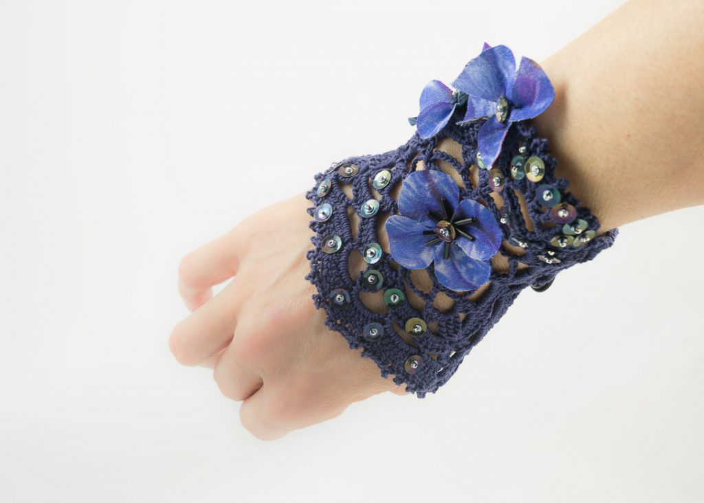 bracelet-manchette crochet fleurs soie bleu