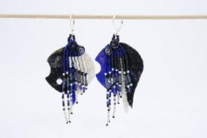 Boucles d'oreilles dissociées feutre découpé frange rocailles bleu-nuit noir blanc