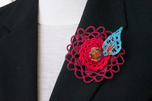 Broche textile dentelle crochet rouge feuille turquoise