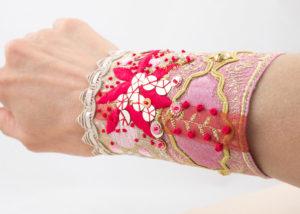 bracelet-manchette Rubans soie rose broderie rouge