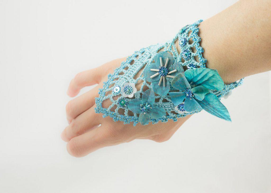 bracelet manchette crochet fleurs soie turquoise