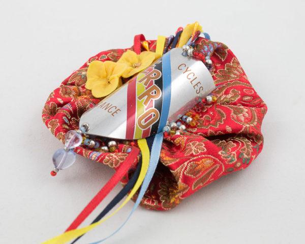 broche yoyo tissu rouge brodé, plaque vélo vintage