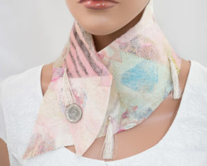col croisé patchwork en laine feutrée tons pastel
