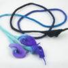 collier sautoir fleurs Arum en laine feutrée turquoise violet