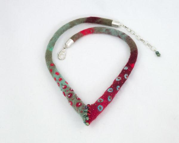 collier textile jonction feutre brodé vert-rouge