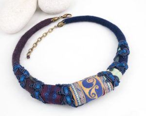collier plastron ruban bleu nuit prune