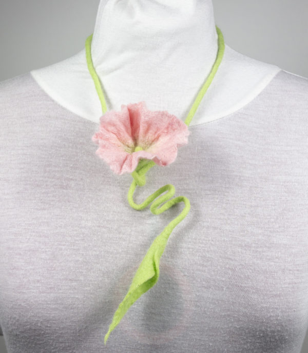 collier textile sautoir vegetal laine feutrée fleur arum ecru rose