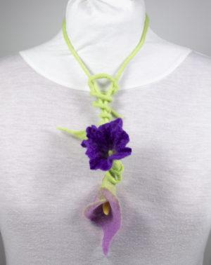 collier textile sautoir fleur laine feutrée arum mauve violet