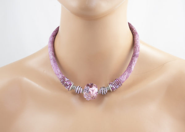 collier tour de cou textile perle verre artisanale rocailles mauve-rose