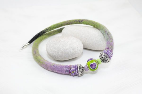 collier tour-de-cou perle lampwork vert mauve