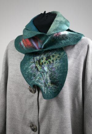 Echarpe feuilles en laine feutrée bleu anard