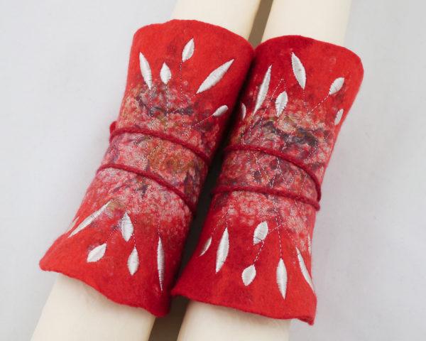 manchettes mitaines laine feutrée rouge broderie blanche