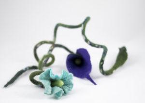 collier fleurs arum violet belle-de-jour turquoise en laine feutrée
